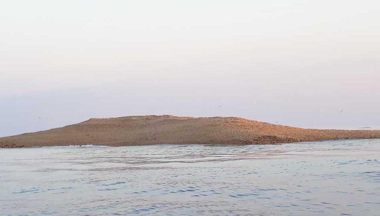 Ini Mesteri dan Sejarah Kelabu Gundukan Pasir di Pulau Gili Raja