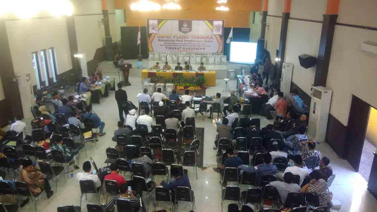 Rekapitulasi KPU Sampang, Khofifah-Emil Unggul 26.891 Suara dari Gus Ipul-Puti
