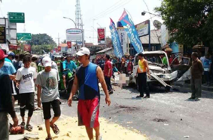 Diduga Rem Blong, Truk Seruduk Motor dan Mobil