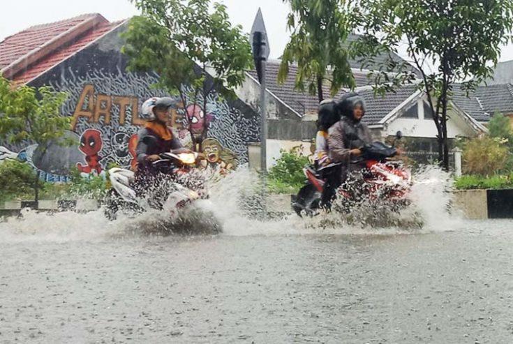 Diguyur Hujan, Sejumlah Ruas Jalan di Sumenep Masih Terendam Air