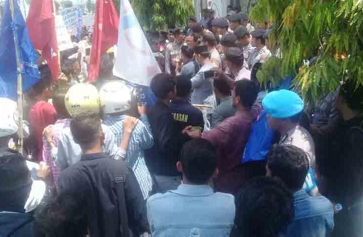 Tuntut Penuntasan Kasus Rastra, Puluhan Masyarakat Desa Larangan Tokol Demo Kejari Pamekasan