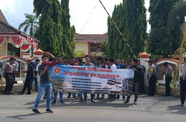 Sejumlah Pemuda Demo Pemkab Sumenep, Minta Pelaku Reklamasi Disanksi