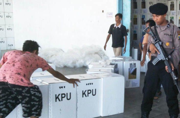 Polisi dan Panwascam Awasi Pergesaran Logistik Pemilu 2019 di Pamekasan