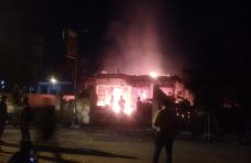 Sampang Memanas, Mapolsek Tambelangan Ludes Dibakar Ratusan Massa