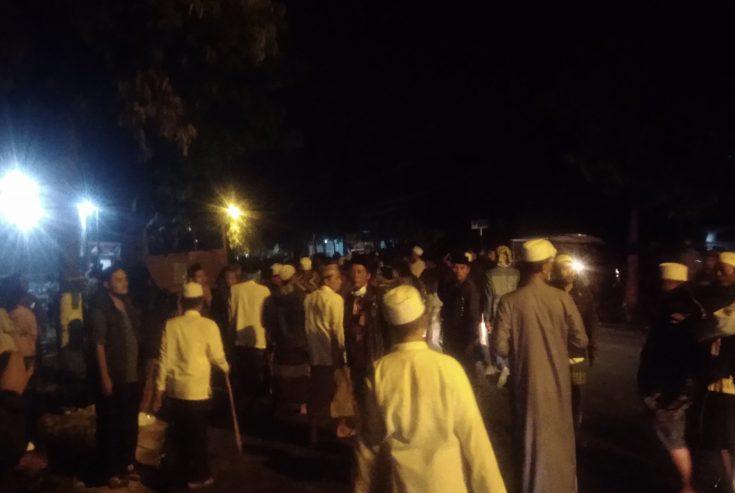 Sempat Ricuh di Polsek Kedungdung, Puluhan Massa Bawa Bambu Runcing Duduki Kantor KPU Sampang