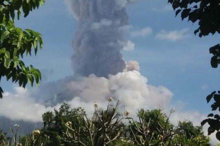Gunung Agung Erupsi, Wisatawan Diminta Berada di Luar Radius 4 Km
