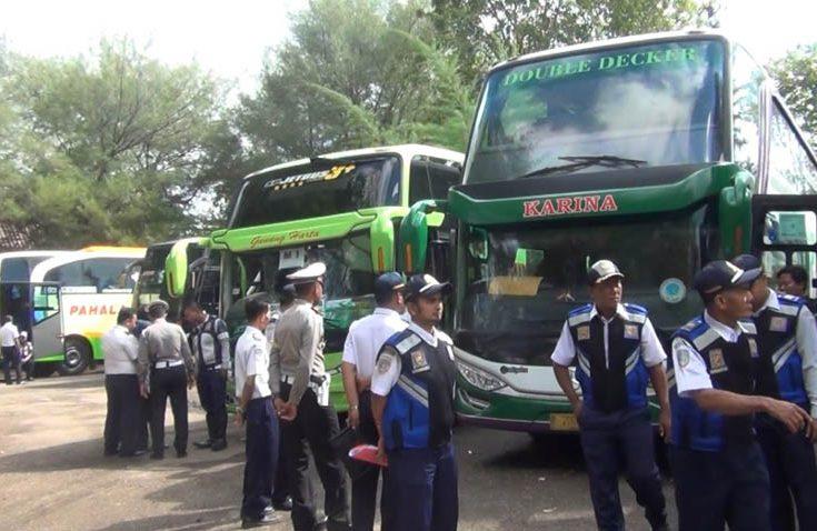 Demi Keselamatan Penumpang saat Masa Mudik, Petugas Cek Seluruh Bus di Terminal Arya Wiraraja