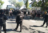 Pendemo di Pamekasan Lempar Batu, Polisi Bubarkan Massa dengan Gas Air Mata