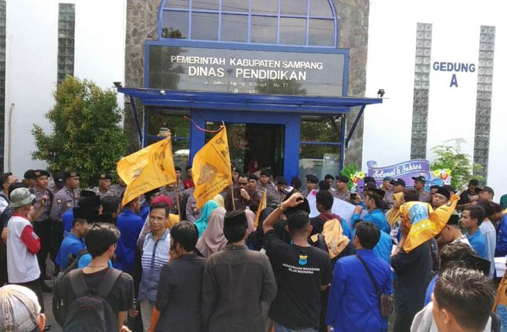 Wisuda TK, SD, dan SMP Dilarang, Puluhan Aktivis Demo Kantor Disdik Sampang