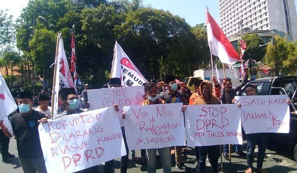 Aksi Demo Warnai Pelantikan Anggota DPRD Surabaya