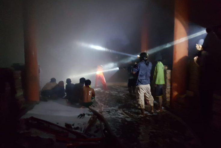 Diduga Gegara Puntung Rokok, Toko Bangunan di Camplong Sampang Dilalap Api