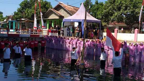 Ajak Sadar Lingkungan, Warga di Sumenep Gelar Upacara Hari Kemerdekaan di Sungai