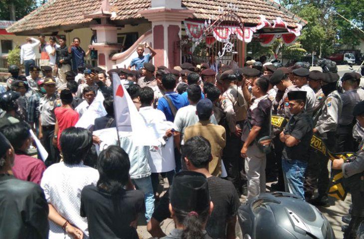 Massa Demo Minta Bupati Tak Beri Izin Gudang yang Beli Tembakau di Bawah Harga BEP