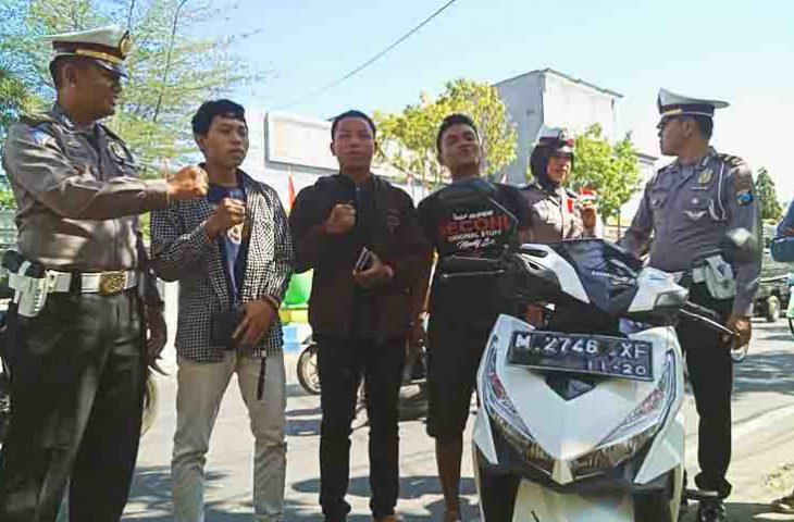 Tak Pakai Helm, Sejumlah Pengendara di Sumenep 'Dihukum' Menyanyikan Lagu-lagu Nasional