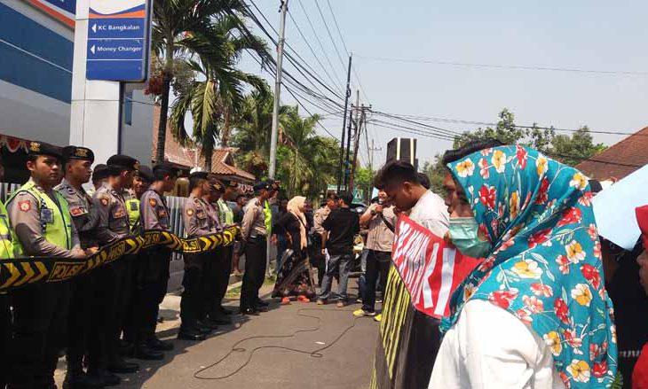 Tak Transparan, Kantor BRI dan Dinsos Bangkalan Didemo Warga