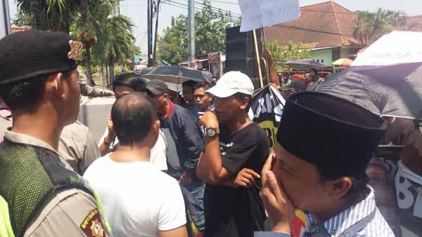 Ingkar Janji Data Bansos, Puluhan Masyarakat Bangkalan Kembali Demo Kantor BRI