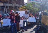 Dukung KPK, Puluhan Massa di Pamekasan Gelar Aksi Bagi-bagi Uang