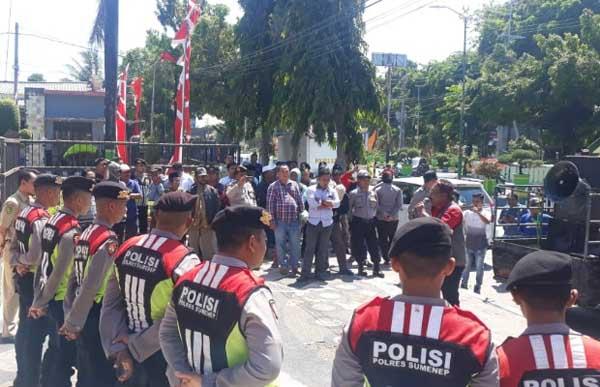 Gejolak Perbup Soal Pilkades Serentak Berlanjut, Warga Demo Kantor DPRD Sumenep