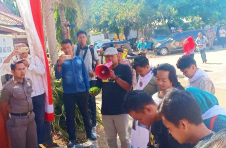 Tambak Udang di Pekandangan Barat Diduga Ilegal, Sejumlah Mahasiswa Demo Satpol PP