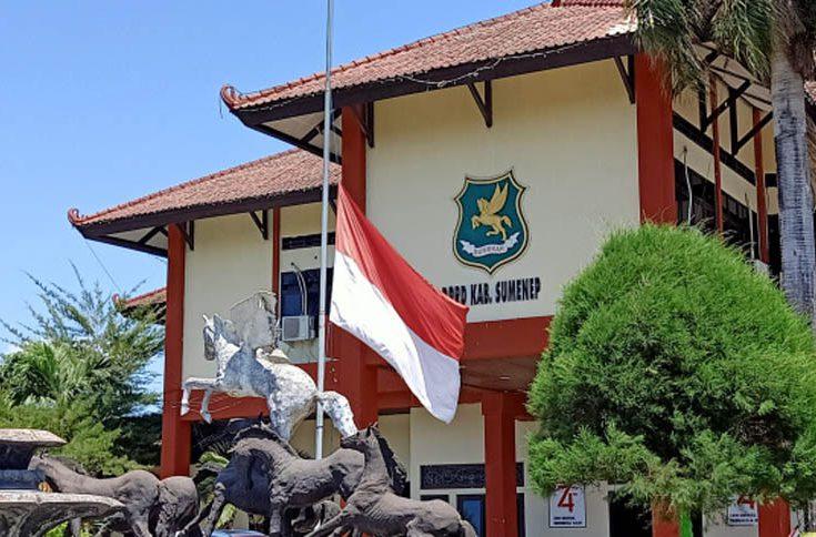 Presiden Ke-3 RI Meninggal Dunia, DPRD Sumenep Kibarkan Bendera Setengah Tiang
