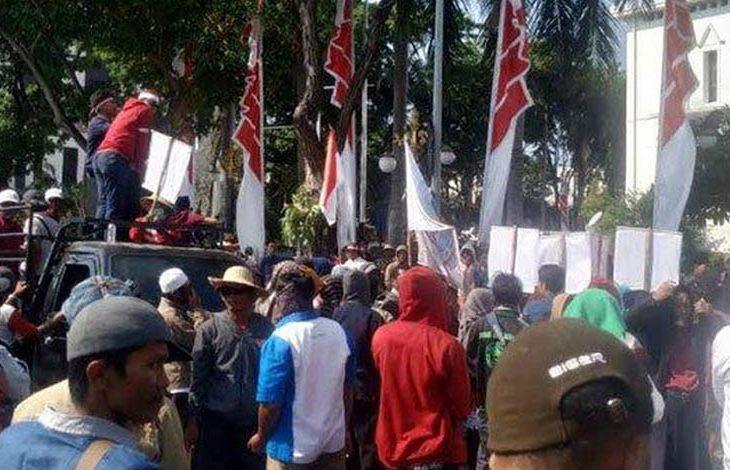Ini Tuntutan Petani Garam Madura Saat Demo ke Kantor Pemprov Jatim