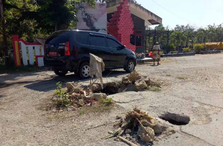 Jalan Masuk Menuju Kantor KPU Sumenep Dibiarkan Rusak