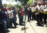 Massa Aksi Pertanyakan Komitmen Pemkab Pamekasan Soal Harga Tembakau yang Anjlok