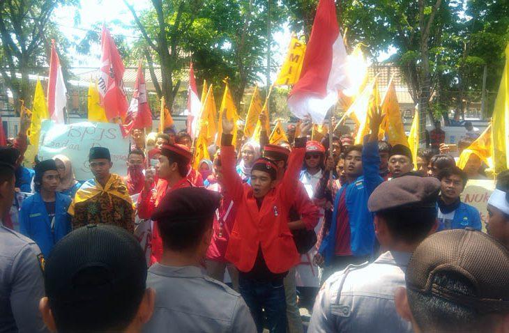 Demo Kantor DPRD Sampang, GMNI-PMII Tolak Rencana Kenaikan Iuran BPJS