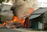 Tabrak Pom Mini, Mobil Sedan dan Sebuah Toko di Sampang Ludes Terbakar