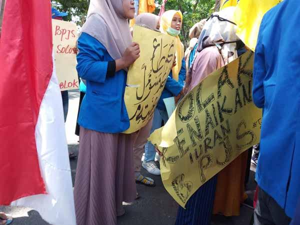 Demo PMII-GMNI di Sampang Diwarnai Aksi Saling Dorong dan Bakar Dupa