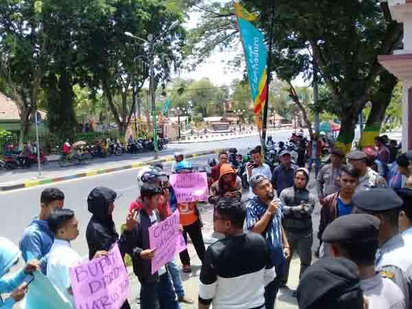 Kasus Dugaan Pencucian Uang di Bank Jatim Buram, Sejumlah Massa Kembali Demo DPRD Pamekasan