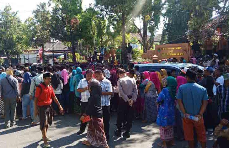 Warga Juruan Laok masih Bertahan di Depan Kantor DPMD Sumenep