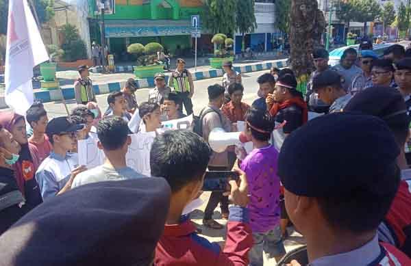 Mahasiswa Kepulauan Demo di Depan Dispendukcapil Sumenep