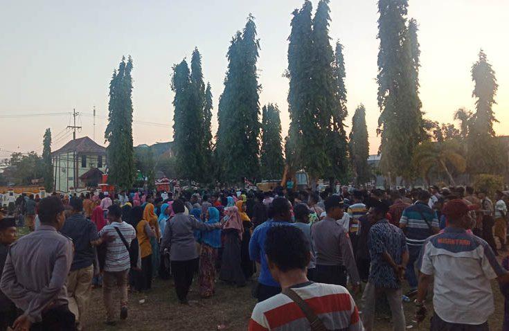 Setelah Hampir Seharian Demonstrasi, Warga Juruan Laok Akhirnya Membubarkan Diri