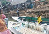 Gunakan Perahu, Warga Dusun Pabitta Kangean Ambil Air Bersih hingga ke Luar Desa