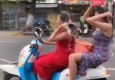2 Wanita Seksi ini Kendarai Motor Sambil Keramas