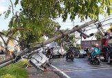 Angin Puting Beliung Menerjang Bangkalan, Tiang Listrik Roboh hingga Atap Rumah Terbang