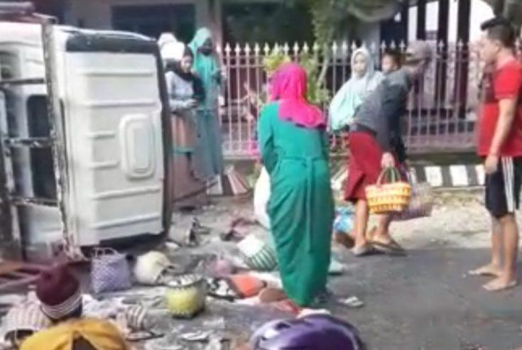 Angkut Belasan Penumpang, Truk Engkel Guling di Jalan Raya Gapura Sumenep
