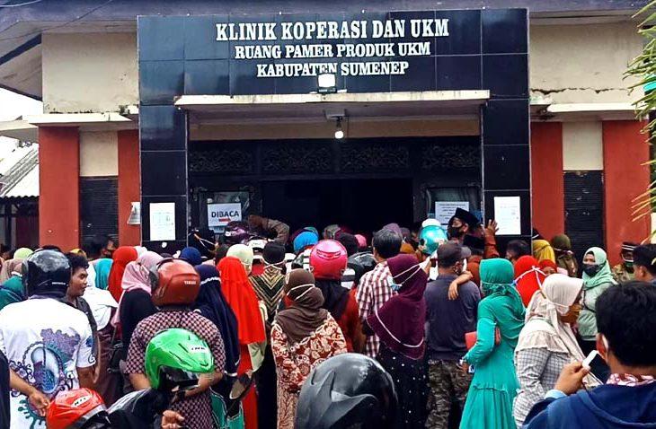 Pendaftar Banpres Umkm Membludak Kerumunan Massa Tampak Di Kantor Dinas Koperasi Dan Ukm Sumenep Koran Madura
